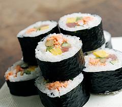 手軽な食べ物の巻き寿司ですが、カロリーって意外と知りませんよね。のサムネイル画像