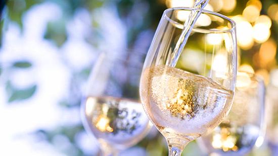 本当にヘルシー?白ワインの意外なカロリーと美容効果に迫る!のサムネイル画像