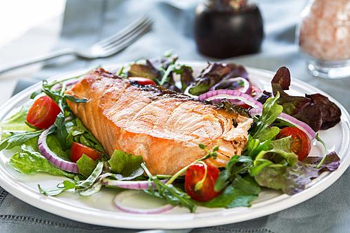 女性に人気のお魚!鮭を使った絶品&低カロリーなおかずレシピ3選のサムネイル画像