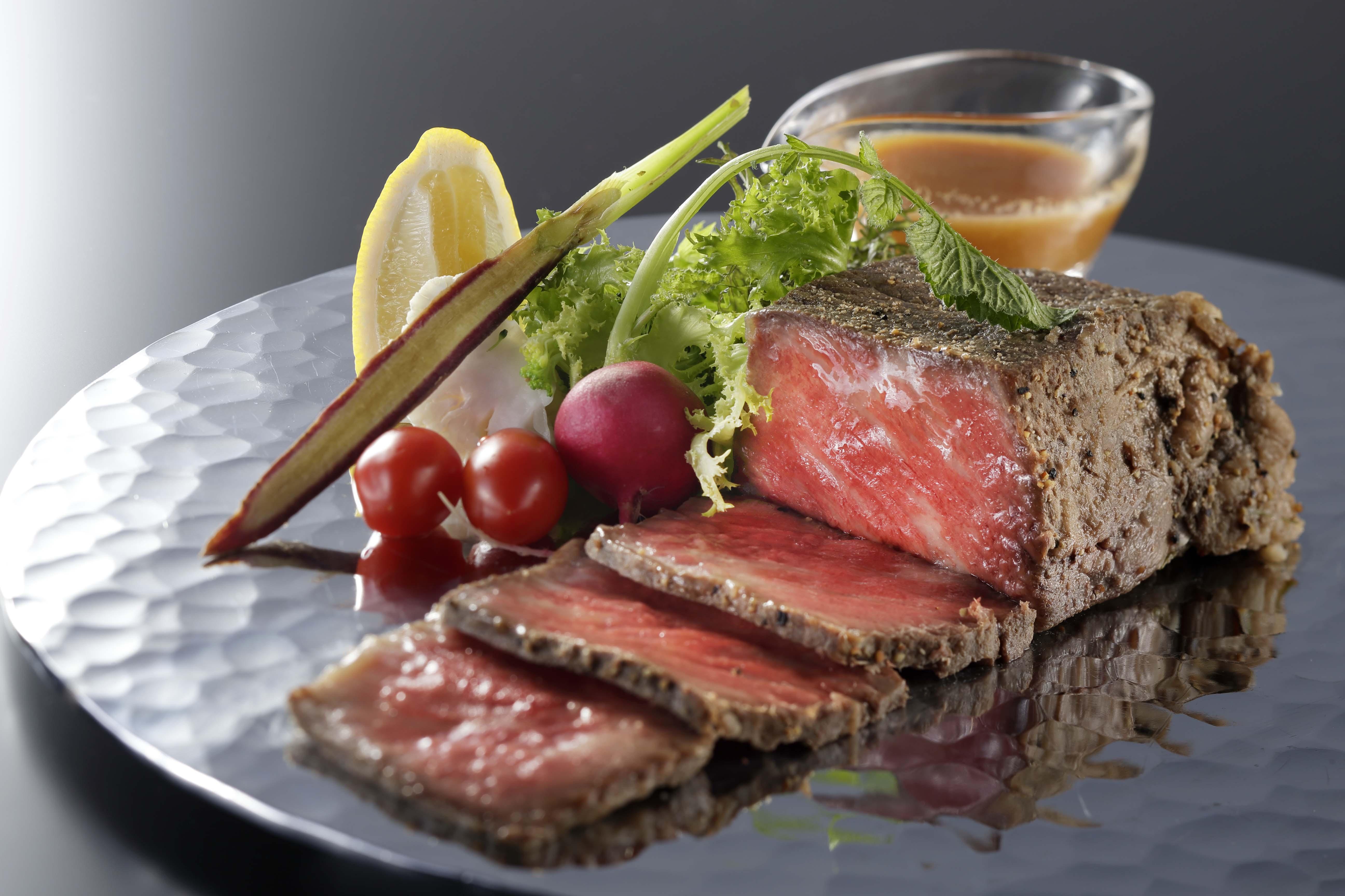 ダイエットの味方!?ローストビーフの意外なカロリーと栄養効果のサムネイル画像