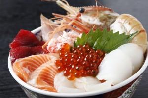 海の幸の宝石箱!!!海鮮丼の美味しさの秘密とそのカロリーは?のサムネイル画像