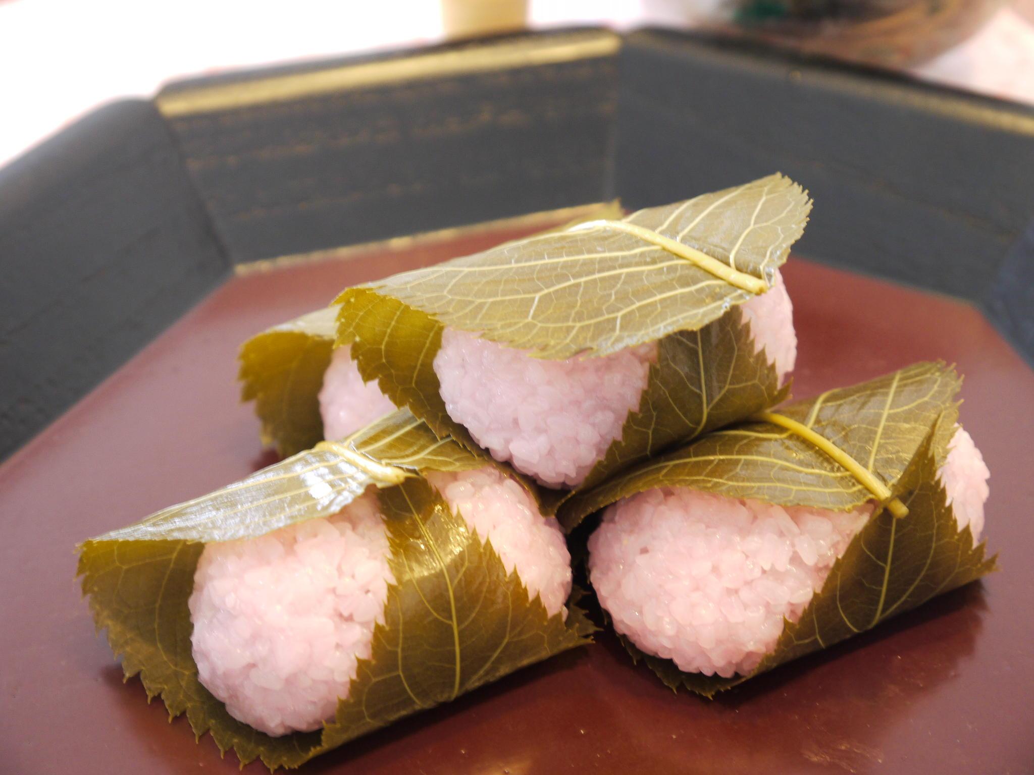 葉っぱは食べる派?食べない派?桜餅の正しい食べ方とカロリーのサムネイル画像