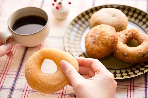 おやつの定番、ドーナツ。人気のドーナツの気になるカロリーは?のサムネイル画像