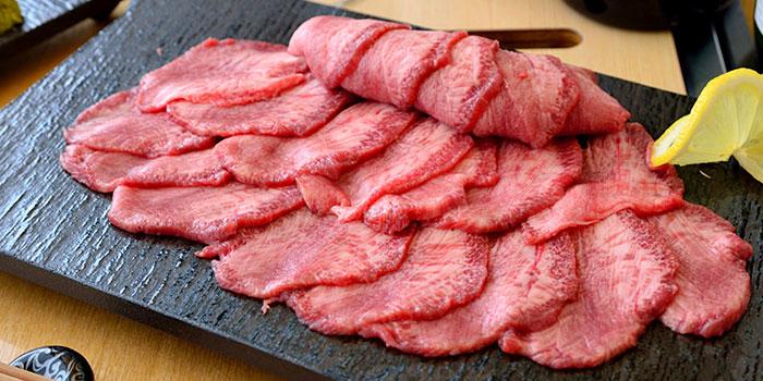 焼肉屋さんでは最初に頼みたくなるね!牛タンのカロリーと栄養素!のサムネイル画像
